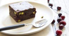 Découvrez cette recette de Brownie aux pistaches et canneberges pour 12 personnes, vous adorerez! Food La, Juliette, Parfait, Desserts, Pistachios, Candy Bars, Cooking Food, Moist Brownies, Tailgate Desserts
