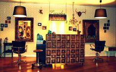 #Salón de belleza #vintage #decoracion via @planreforma #accesorios #sillones #sillas #lamparas #iluminacion #revestimiento #espejos #taburetes #madera