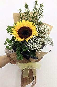 Risultati immagini per aspidistrablad vouwen Single Flower Bouquet, Flower Bouquet Diy, Bouquet Wrap, Boquet, Sunflower Arrangements, Sunflower Bouquets, Floral Arrangements, How To Wrap Flowers, Fresh Flowers