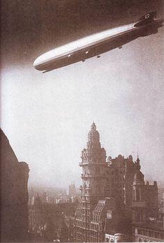 Año 1934: el Graf Zepellin sobrevolando el Palacio Barolo.-