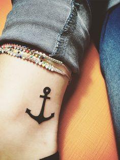 Ein kleiner Anker am Knöchel für alle Tattoo Liebhaber.