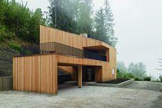 EIN HAUS WIE AUS DEM BERG GEMEISSELT: Das Holzhaus in Piesendorf   Meck Architekten ©Michael Heinrich