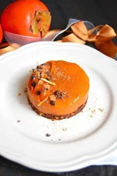 Raw dessert with cocoa, hazelnuts, persimmon and clementine - Vegan cake - Raw Food Recipes Raw Vegan Cake, Raw Vegan Desserts, Raw Vegan Recipes, Vegan Dessert Recipes, Whole Food Recipes, Weight Watcher Desserts, Desserts Crus, No Cook Desserts, Patisserie Sans Gluten