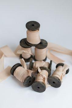 Luxuriöse Seidenbänder aus 100% Seide im Schrägschnitt geschnitten. Handgefärbt mit pflanzlichen ...