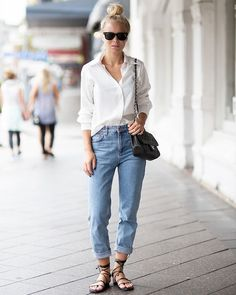 Look de Victoria Tornegren com calça jeans baggy e camisa branca.