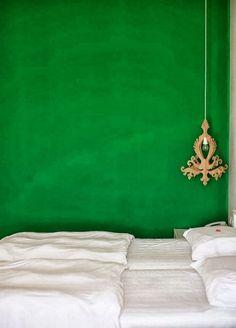 Green wall for the bedroom. Image Via: Las Cositas de Beacheau Unusual Buildings, Interior And Exterior, Interior Design, Green Rooms, Bedroom Green, Green Walls, White Bedroom, Colorful Interiors, Decoration