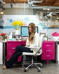 That pink desk though. Plenty of movie stars have offices. But Jessica Alba might be the only one who works from a fuchsia desk.in the middle of an open-plan work space. She shows us how she decorates an office to feel more like home. Mesa Home Office, Home Office Desks, Office Decor, Office Ideas, Office Cubicle, Office Spaces, Office Furniture, Elle Decor, Tanker Desk