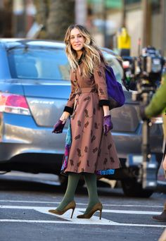 How To Wear Colored Tights The Sarah Jessica Parker Way (The Zoe Report) Quirky Fashion, Modest Fashion, Love Fashion, Fashion Outfits, Womens Fashion, Petite Fashion, Carrie Bradshaw Outfits, Colored Tights Outfit, Newspaper Dress