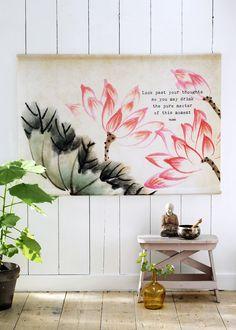 Prachtige eyecatcher, dit doek met een lotus, de bloem van het licht en symbool voor de oorsprong van alles wat is. De tekst is van Rumi: Look past your thoughts so you may drink the pure nectar of this moment.