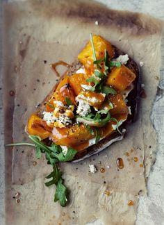 Brusquetas+de+calabaza+asada+con+rúcula,+nueces+y+roquefort