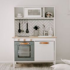 Ikea Kids Kitchen, Diy Play Kitchen, Kitchen Ideas, Ikea Furniture Hacks, Kids Room Furniture, Ikea Hack Kids, Kitchen Storage Hacks, Diy Storage, Ikea Kura Bed