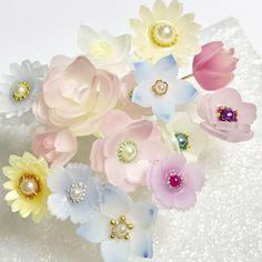 """minamina on Instagram: """"立体プラバンの花畑*ˊᵕˋ* 約1cm~2cm以内の小さなプラバンのお花達🌸🌸 これからアクセサリーに加工するので、その前にどーしても集合かけたかったので、撮りました*ˊᵕˋ* * * まだ、ニスが途中の者もいますが、、、(笑) * *…"""" Shrink Plastic Jewelry, Diy And Crafts, Arts And Crafts, Wire Flowers, Flower Template, Handmade Home, Diy Projects To Try, Diy Jewelry, Beautiful Flowers"""
