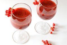 Erdeigyümölcsös smoothie recept gyöngyözőborral: Nyáron vendégvárónak tökéletes lehet egy behűtött gyöngyöző rosé, de még jobb és ráadásul egészséges is, hogyha frissen pürésített gyümölcslevet is öntünk hozzá! :) Cocktail Drinks, Cocktails, Smoothies, Panna Cotta, Beverages, Lime, Pudding, Ethnic Recipes, Desserts
