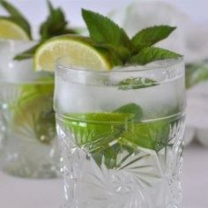 Mojito 10 fresh mint leaves lime, cut into 4 wedges 2 tablespoons white sugar, or to taste 1 cup ice cubes 1 fluid ounces white rum cup club soda Party Drinks, Fun Drinks, Alcoholic Drinks, Liquor Drinks, Mint Oil, Strawberry Mojito, Florida Food, Alcoholic Drink Recipes, Snacks