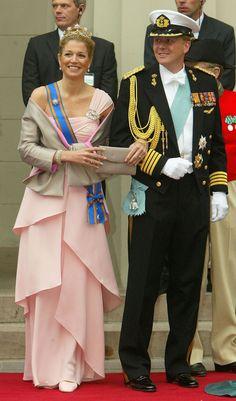Rainha Máxima - Ainda Princesa, na chegada ao casamento do príncipe Frederico da Dinamarca com Mary Donaldson na Catedral de Copenhaga, Dinamarca, em 2004.