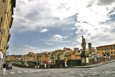 Il Lung'Arno di Firenze all'altezza di Ponte Santa Trinita (sulla sinistra) con vista su Ponte Vecchio (sulla destra).