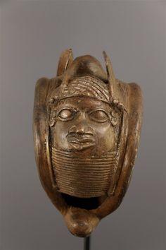 Art africain - Bracelet royal Benin. L' art africain recèle des trésors notamment dans le domaine du Bronze. Le royaume du Bénin actuellement Nigéria en est un exemple frappant. Bracelet royal qui incarn la puissance de l'Oba avec de chaque côté du bracelet une tête royale. Proportions majestueuses. Le royaume du Bénin renommé pendant des siècles tant en Afrique, qu'en Europe, se trouvait sur les routes commerciales portugaises grâce à sa position géographique. C'est après 1486 que les…