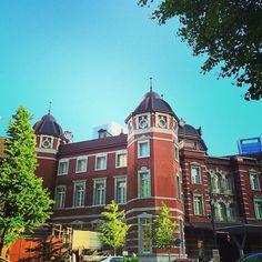 *美しい東京駅*Tokyo station* . 空と新緑と東京駅の建物が、あまりに綺麗だったので… . #東京駅#東京#赤#煉瓦#建物#青空#空#新緑#緑#美しい#綺麗#素敵#輝く #tokyo#station#tokyostation#sky#bluesky#green #beautiful #nice#view#building#tree#japan