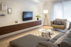 כשהקיר הוא באורך שבעה מטרים, מתכננים עבורו מזנון, שמתחיל מהסלון ומסתיים בפינת האוכל. וכשיש כזה רהיט דומיננטי, כל הקונספט העיצובי מושפע ממנו