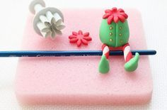 Cake Decorating Tips And Tricks For Beginners Source by cakedecoratingtutorials . Christmas Cake Topper, Christmas Cake Decorations, Christmas Cupcakes, Easter Cupcakes, Flower Cupcakes, Fondant Cupcakes, Fondant Toppers, Mocha Cupcakes, Strawberry Cupcakes