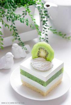 Sernik z musem z kiwi - Gotuję, bo lubię Fancy Desserts, Sweet Desserts, Just Desserts, Sweet Recipes, Cake Recipes, Dessert Recipes, Kiwi Cake, Decoration Patisserie, Easy Baking Recipes