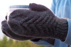 вязаные спицами мужские варежки с узором