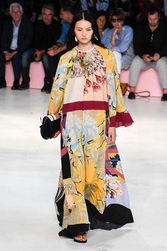 Etro Spring 2019 Ready-to-Wear Collection - Vogue Fashion Week, Runway Fashion, High Fashion, Womens Fashion, Fall Fashion, Fashion 2018, Mode Outfits, Fashion Outfits, Fashion Tips
