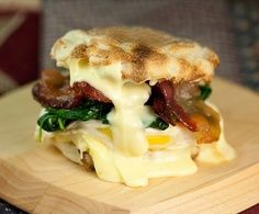 egg, bacon, spinach and brie sandwich on an english muffin. {Minus the spinach, and this is the *perfect* brunch sandwich. Brie Sandwich, Egg Sandwiches, Breakfast Sandwiches, Apple Sandwich, Breakfast Dishes, Eat Breakfast, Breakfast Recipes, Perfect Breakfast, Breakfast Healthy