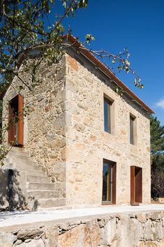 Portuguese Traditional House Adapted by Paulo Martins for We.-Portuguese Traditional House Adapted by Paulo Martins for Weekend Getaways Portuguese Traditional House Adapted by Paulo Martins for Weekend Getaways - Old Stone Houses, Old Houses, Modern Houses, Concrete Houses, Village Houses, House Extensions, Home Design Plans, Traditional House, Interior And Exterior