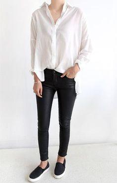 まっさらな白シャツに黒スキニーにブラックのスリッポンのモノトーンコーディネート。シンプルにすっきりした着こなしにもスリッポンはしっくりハマります♪
