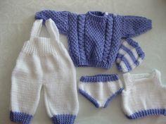 Settet er strikket i akrylgarn og består av truse,trøye ,sokker,ullbukse med seler og genser. Har 2 sett Lilla/hvitt Rosa/hvitt.. Skriv ...