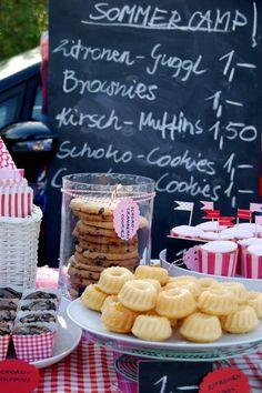 Der Kuchenstand der Mädchen war ein großer Erfolg! Nach 5 Stunden war alles leergekauft :-).        Cupcake-Förmchen und quadratische Muffin-Förmchen + bun…