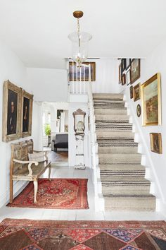 The perfect shade of white wall paint for oak trim (laurel home White Wall Paint, White Walls, Gray Paint, White Stairs, Planchers En Chevrons, Modern Farmhouse, Farmhouse Decor, Farmhouse Style, Farmhouse Rugs