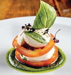 Insalata caprese - Casa e Jardim Gourmet Food Plating, Gourmet Recipes, Cooking Recipes, Gourmet Foods, Recipes Dinner, Food Plating Techniques, Low Carb Menus, Masterchef, Appetisers