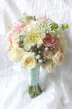 pastelowy bukiet ślubny z różami i daliami