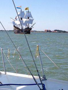 De @HalveMaenHoorn vaart in vol ornaat uit de haven van Hoorn prachtig.