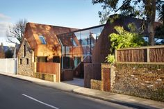 Kew House: ladrillo y volúmenes de acero corten. Moderna vivienda construida al sudoeste de Londres, conservando una antigua fachada de ladrillo del siglo 19. Dos volúmenes nuevos hechos con acero corten.      #Arquitectura