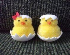 Pintinhos de pompom Pom Pom Crafts, Yarn Crafts, Felt Crafts, Bunny Crafts, Easter Crafts For Kids, Hobbies And Crafts, Diy And Crafts, Pom Pom Animals, Pipe Cleaner Crafts