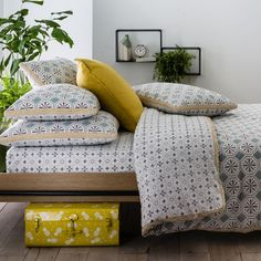Salernes Printed Cotton Duvet Cover LA REDOUTE INTERIEURS The Salernes cotton duvet cover was inspired by the patterns of Zellige titles. They feature a bold motif on the front and smaller print on the back. Cheap Bedding Sets, Cheap Bed Sheets, Bedding Sets Online, Small Bookcase, Narrow Shelves, Bird Bedroom, Home Bedroom, Bedrooms, Loft