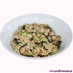 Auberginen-Zucchini-Salat mit gerösteten Pinienkernen  unser Auberginen-Zucchini-Salat mit gerösteten Pinienkernen schmeckt sooo lecker vegetarisch vegan laktosefrei glutenfrei