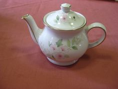 Very elegant 4 cup Sadler teapot, in very good used condition $45 +pp to Australia only.