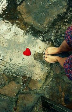...باران كه ميبارد... دلم برايت تنگ ترميشود... راه مى افتم... بدون چتر... من بغض ميكنم ...  آسمان گريه!!
