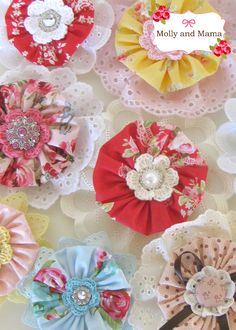 Sewing Fabric Flowers Beautiful Fabric Flowers Tutorials - Skip to my Lou - Fabric flowers can be used in many ways, whether it's in your hair, on a pillow, even your favorite outfit! Over 40 gorgeous free patterns! Fabric Rosette, Fabric Brooch, Fabric Flower Tutorial, Bow Tutorial, Rosettes, Cloth Flowers, Fabric Flowers, Sewing Crafts, Sewing Projects