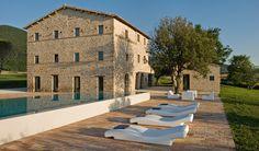 Casa Olivi, ein exklusives Ferienhaus mit Pool in Le Marche. Hier gilt das Motto: die Tradition und das Moderne Italiens erfahren...   Es liegt bei Treia, eine wunderschöne kleine mittelalterliche Stadt im Herzen der Marken: Die neue Toskana!