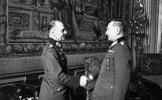 """1941 France . Célébration des 40 ans de service militaire du """"Generalfeldmarschall"""" Erwin von Witzleben (à Dte). Lui serrant la main, le """"Generalfeldmarschall"""" Gerd von Rundstedt"""