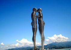 Этот памятник для меня символизирует современную Грузию. Мужчина с женщиной приближаются друг к другу, проходят сквозь друг друга, и расходятся. Так они и ходят туда-сюда - очень романтично))