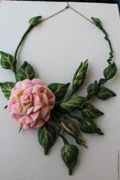 Будущая задумка требует воплощения! Колье из войлока с прекрасной розой. Нам понадобится: 1. Шерсть различных цветов и оттенков. 2. Эскиз. 3. Медная проволока и кусачки. 4. Мыло, теплая вода. 5.Пузырчатая пленка и сетка для валяния. 6. Любая пропитка для войлока. 7. ВШМ. 8. Термоклей. Создаем из проволоки каркасы будущих лепестков. Для роз…