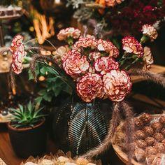 """80 curtidas, 8 comentários - As Floristas por Carol Piegel (@asfloristas) no Instagram: """"Cravos! São uma das minhas flores preferidas, posso dizer que tenho usado tanto quanto as rosas.…"""""""