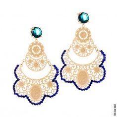 Brinco renda Renascença com mini cristais azuis marinho e pedra natural azul.