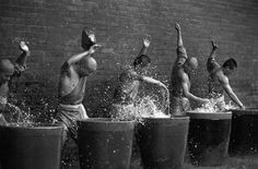 Shaolin monks training Kung Fu from Shaolin Monastery takes martial arts to a brand new level. As Shaolin monks believe the strength. Shaolin Kung Fu, Aikido, Judo, Yoga Meditation, Karate, Des Photos Saisissantes, Art Of Fighting, Chinese Martial Arts, Martial